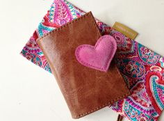Leather wallet with many pockets. Perfect as a gift on Mothers Day. Colored little bag included :)