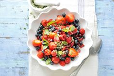 Mint sugar makes this dish even fresher and sweeter. The balsamic vinegar brings out the flavor of the fruit. Healthy Cheesecake Recipes, Healthy Fruit Desserts, Healthy Fruits, Healthy Snacks, Detox Recipes, Clean Recipes, Summer Recipes, Summer Salads With Fruit, Fruit Salsa