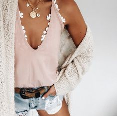 peek a boo white bralette to add a little pop to her outfit Cute Summer Outfits, Spring Outfits, Trendy Outfits, Cute Outfits, Fashion Outfits, Womens Fashion, Mode Lookbook, Inspiration Mode, Outfit Goals