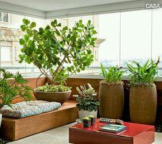 Varanda pequena com base para almofada vaso alto para plantas e mesinha de centro. Um charme!