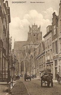 historie Dordrecht; in de verte doemt de Grote Kerk op. Hier heet het dan ook niet voor niets de Grote Kerksbuurt. foto anno 1922