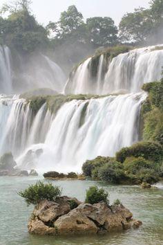 Les chutes avec un dénivelé de 40m de hauteur Chutes de Detian #detian #guangxi #china #waterfalls #vietnam