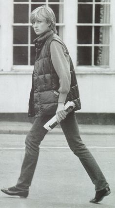 7 nov 1981 (source of date :written description in daily Express on 9 nov ) Diana shopping in Tetbury in the later part of 1981.  (In Robert Lacey's book he says this was taken August at Balmoral, but I have a hunch this was an error as other photos in that book are incorrectly labelled)