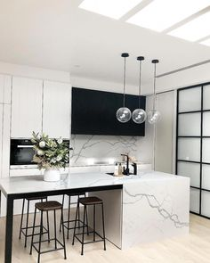 Best Kitchen Lighting Ideas to Illuminate Your Home Katydidandkid spoke to some interior experts to offer you with a riches of motivating kitchen lighting ideas to illuminate your kitchen stylishly. Cocina Art Deco, Art Deco Kitchen, Home Decor Kitchen, New Kitchen, Kitchen Interior, Home Kitchens, Kitchen Ideas, Space Kitchen, Modern Kitchens