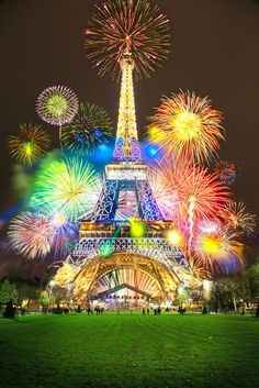 This is one of the best fireworks photos that I've seen! #Paris #Fireworks