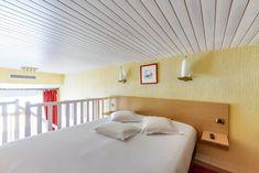 Duplex vue sur mer 4 personnes-   Un grand lit (ou 2 lits sur demande) en mezzanine et un canapé 2 places ou 2 fauteuils qui se déplient au rez de chaussée,  Salle de bain avec baignoire balnéo (9h-21h) et toilettes séparées.  Accès direct sur la terrasse (non privative) de notre bar vue mer.