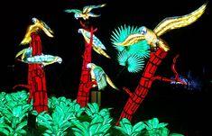 O Festival das Luzes no Jardim das Plantas é um dos eventos mais incríveis do inverno em Paris. E pode-se dizer que é um sucesso absoluto, já que em dois meses acolheu mais de 370.000 visitantes.  #Paris #França #Europa #FestivaldasLuzes #FetedesLumieres #JardimdasPlantas #lanterna #animais Spiderman, Superhero, Fictional Characters, Art, Natural History, Extinct Animals, Paris France, National Museum, Flashlight