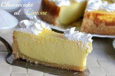Cheesecake al limone // baked lemon cheesecake Sweet Recipes, Cake Recipes, Dessert Recipes, Confort Food, Delicious Desserts, Yummy Food, Sugar Cake, Cream Cheese Recipes, Italian Desserts
