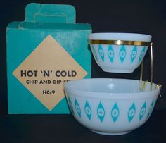 In perusing online kitchen glass sales recently I noticed 2 auctions for Pyrex sets that went for really good money. First off was an Atomic Cat Eye HOT N COLD CHIP & DIP bowl Set in Aqua & White. Vintage Kitchenware, Vintage Dishes, Vintage Glassware, Vintage Pyrex, Pyrex Display, Chip And Dip Sets, Chip And Dip Bowl, Rare Pyrex, Pyrex Bowls