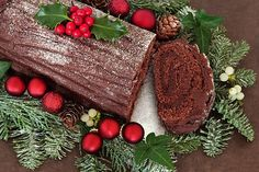 Delicious Irish Christmas Yule log dessert recipe Although Bûche de Noël (Christmas Yule Log) is a French Christmas dessert tradition, this Irish foodie has a perfect recipe for the luscious chocolatey cake. Chocolate Yule Log Recipe, Chocolate Log, Christmas Chocolate, Delicious Chocolate, Chocolate Navidad, Christmas Pudding, Christmas Desserts, Christmas Baking, Christmas Foods