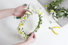 Blumenkränze sind das perfekte Accessoire auf Hochzeiten oder bei Sommerparties und sehen einfach immer großartig aus. Man kann sie auf viele verschiedene Arten binden und ganz unterschiedliche Blumen dafür verwenden. Der Kreativität sind somit fast keine Grenzen gesetzt. Bereits bei unserem Blumenkranz-Workshop für das McArthurGlen Designer Outlet Parndorf im Märzweiterlesen …
