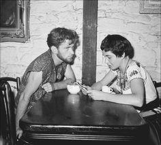 Beatniks in the Gaslight coffee shop in Greenwich Village (circa Clique na foto para garantir livros da Beat Generation. Beat Generation, Estilo Beatnik, Beatnik Style, Beatnik Fashion, 1950s Fashion, Brave, Maila, Greenwich Village, Peasant Blouse