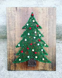 Christmas tree string art- Weihnachtsbaum String Kunst Christmas is just around the corner, get into the spirit with this string of art, available with or without ornaments, just for you - Nail String Art, String Crafts, Resin Crafts, Christmas Projects, Holiday Crafts, Holiday Decor, Party Crafts, Halloween Crafts, Diy And Crafts