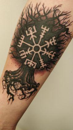 Mi primer tatuaje de un Vegvísir en un Yggdrasil por Martin en Lucky 7 Norrköping . - Mi primer tatuaje de un Vegvísir en un Yggdrasil por Martin en Lucky 7 Norrköping Sweden Estás en - Viking Tattoo Sleeve, Viking Tattoo Symbol, Rune Tattoo, Unalome Tattoo, Norse Tattoo, Celtic Tattoos, Sleeve Tattoos, Viking Compass Tattoo, Tattoo Neck