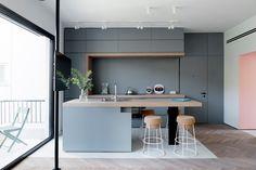 Niet alleen grote woningen en appartementen kunnen een keuken hebben met een keukeneiland. Ook de kleinere woningen kunnen heel goed een keuken hebben met een eiland. Dat bewijst dit appartement uit Tel Aviv. Een 55m2 grote appartement die in 2014 door de interieur architecten van Maayan Zusman is ontworpen. Het appartement bevindt zich in een typisch oud Tel Aviv gebouw van ongeveer zestig jaar oud (wat best oud is voor een land wat slechts 67 jaar oud is). Naast een nieuw interieur…