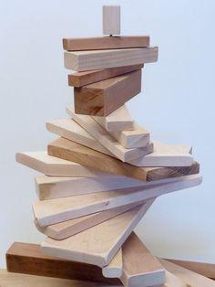 La mise en place du sapin de Noël reste pour un grand nombre d'entre nous avant tout un événement ludique. Fort de ce constat, Valérie a souhaité rendre hommage à cet aspect divertissant en proposant un sapin à géométrie variable. Par un design astucieux, l'ensemble de chutes de bois aux essences et aux sections variées est empilé sur un axe leur permettant de tourner à 360°. Ainsi, chacun peut jouer sur la configuration de l'objet à sa guise.  Design : Valérie Miossec Réalisation…