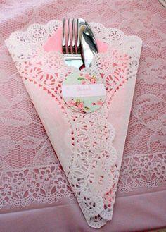 Porta-talher e guardanapo romântico e criativo para um jantar ou evento.