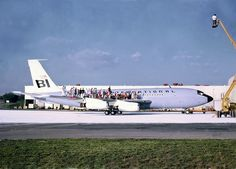 A Braniff Boeing 720 hosting a group photo
