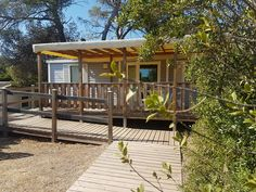 Notre mobil-home adapté est très bien situé : à 2 minutes du lagon et en face de l'espace aquatique et son snack-bar