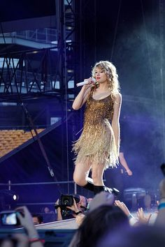 SEE IT: Ed Sheeran falls onstage during first night of Taylor Swift tour - http://dailyezette.com/see-it-ed-sheeran-falls-onstage-during-first-night-of-taylor-swift-tour/ - The Daily E'zette