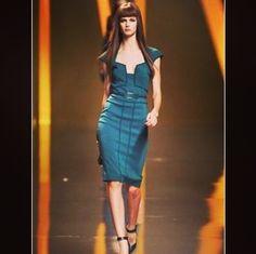 Элегантное платье Elie Saab в цвете циан