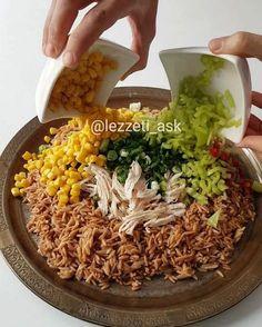 Şehriyeli Tavuklu Salata Tarifi için Malzemeler 2 su bardağı arpa şehriye 1 küçük tavuk göğsü Kırmızı ve yeşil biber Mısır Taze soğan Pul biber Tuz Sos içi