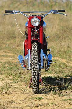 Schmal und hoch, wie es sich für eine erfolgreiche Enduro gehört. Enfield Motorcycle, Retro Bike, Classic Bikes, Royal Enfield, Bike Design, Vintage Bikes, Eastern Europe, Cars And Motorcycles, Offroad