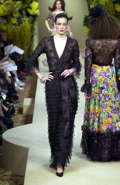 Janvier 2000. Yves Saint Laurent haute couture printemps / été 2000. Getty Images.