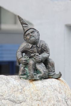 (Fuger) Wrocław is full of dwarves. They hide among the streets and narrow alleys, eluding the sight of passers-by