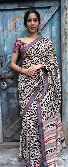 Kalamkari or qalamkari is a type of hand-painted or block-printed cotton textile, produced in parts of India. This Kalamkari blouses is in vogue currently. Indian Look, Indian Ethnic, Indian Attire, Indian Wear, India Fashion, Asian Fashion, Indian Dresses, Indian Outfits, Indische Sarees