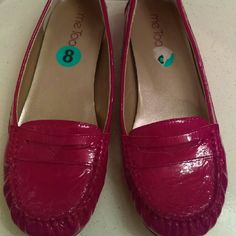 Me too flat Shoes Beautiful and confortable red Shoes look like new Me too  Shoes Flats & Loafers