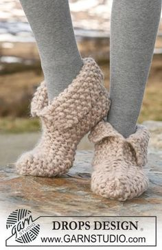 Socks & Slippers - Free knitting patterns and crochet patterns by DROPS Design Loom Knitting, Knitting Socks, Knitting Patterns Free, Free Knitting, Crochet Patterns, Knit Slippers Free Pattern, Crochet Socks, Knit Or Crochet, Crochet Baby