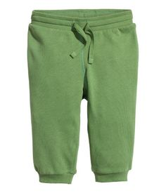 CONSCIOUS. Soft sweatpants in organic cotton. Elasticized drawstring waistband and ribbed hems. Brushed inside.