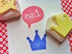 corona y el mensaje tallado a mano sellos de goma.  sellos de los maestros.  corona / número uno.  proyectos de artesanía.  conjunto de 2