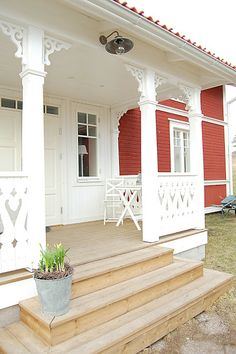 to live in a house like this. More schwedenhaus, Swedish Cottage, Red Cottage, Swedish House, Cottage Style, Porches, Exterior Design, Interior And Exterior, Porch Steps, Front Steps