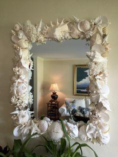 Seashell Art, Seashell Crafts, Beach Crafts, Spray Paint Mirror, Mirror Painting, Decoration Theme Marin, Sea Decoration, Seashell Projects, Deco Studio