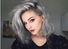 Hoje eu vim falar de uma trend mara para cabelos: o granny hair ou, em português, cabelo cinza. Já se foi o tempo em que só as vovós podiam...