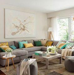 Elegir una base en tonos neutros está genial, pero siempre y cuando haya algún elemento que destaque, como los cojines de color sobre este sofá. De lo contrario, habrás cometido uno de los 10 errores decorativos más habituales que hemos detectado. ¿Quieres saber cuáles son los otros? Link en la bio  #elmueble #salon #livingroom #sofa #cojin #neutros #cushion #mesaauxiliar #standtable