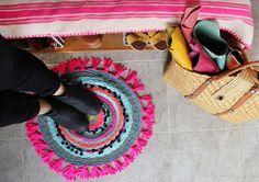 blanco vintage: DIY - Cómo tejer una alfombra de trapillo