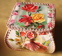 Small Sewing Box - Made from old greeting cards and crocheted together Crochet Box, Crochet Gifts, Vintage Crochet, Learn Crochet, Old Greeting Cards, Old Cards, Card Basket, Box Roses, Christmas Card Crafts