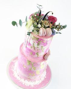 Novas christening cake with pinks and gold - Ristiäiskakku pinkin eri sävyjä ja kultaa. #ristiäiset #kruununhaka #vallila #kakku #pink #gold #helsinki #heleats #cake #tallcake #tilauskakku