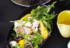 Büffelmozzarella-Salat mit Avocado, Mango und Rucola