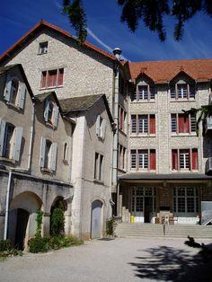 """La bâtisse """"La Grande Maison"""" qui accueille les jeunes en colonie de vacances avec le CEI à Saint Rome de Dolan. #cei #colonie #vacances #lozere #saintromededolan"""