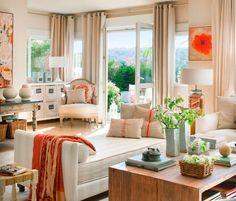 Salón con chaise longue y butaca en tonos neutros con complementos textiles en tonalidades naranjas