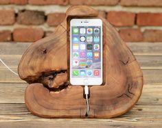 Schöne iPhone Stand, handgefertigt aus wunderschönen recycelt Ulme-Holz. Der Ständer passen zu iPhone 7, iPhone 6, iPhone 6 s, iPhone 5, iPhone 4 und Handys mit ähnlicher Größe. Fügen Sie einen Hauch von Natur, an Ihrem Arbeitsplatz oder zu Hause mit einem natürlichen hölzernen iPhone Station. Größe ca.: Länge: 18 cm (7,09 in.) Breite: 15 cm (5,91 in.) Höhe: 15 cm (5,91 in.) Hinweis!!! Handgemachte ist, jedes Element ein Unikat. Möglicherweise gibt es geringfügige Abweichungen in Form und…