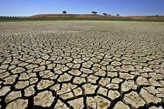No Polígono das Secas área que está localizada entre o Nordeste e Norte de Minas Gerais é comum o uso de tecnologias que combatem o fenômeno das seca. A mais nova aposta é a utilização de barragens subterrâneas! Conheça melhor esse item no  http://ift.tt/1IJoGoo