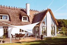 Tilbygning med panoramo vinduer og et moderne udtryk blev det endelige valg til den flotte stråtækte ejendomLæs mere › Danish House, Cottage Extension, Cute House, Outdoor Lounge, Stables, House Plans, Pergola, Farmhouse, House Design
