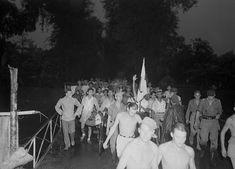 Modjokerto. Op 21 november arriveerden bij Post Zuid-West te Modjokerto ongeveer 530 Chinese evacués uit Djombang (in het Republikeinse gebied). Zij maakten deel uit van een groep van drieduizend Chinezen uit Midden- en Oost-Java, die aldaar reeds drie maanden op hun evacuatie gewacht hebben. Datum : 21 november 1947. Locatie : Indonesië, Mojokerto, Nederlands-Indië