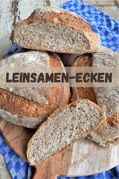 Leinsamen-Ecken sind dreieckige Brote aus Weizen- und Weizenvollkornmehl mit Leinsamen. Toll sind die krachende Kruste und die lockere Krume. #brot #brotbacken #rweizenbrot #leinsamen #rezept #hefeteig #leinsamenecken