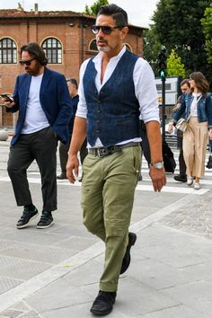 Discover the details that make the difference of the best streetstyle unique people with a lot of style Waistcoat Men Casual, Denim Waistcoat, Older Mens Fashion, Military Fashion, Gilet Jeans, Mens Clothing Trends, Look Formal, Outfit Combinations, Cool Street Fashion
